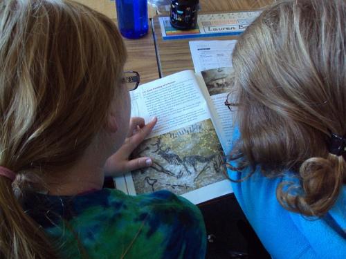 niñas estudiando-Laurie Sullivan